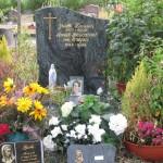 IMG_0642 photo tombe Mannick avec fleurs de Sylvie et ses parents